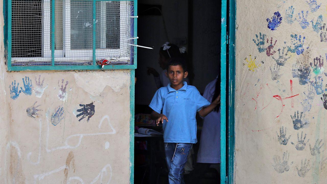.Un alumno palestino sale de clase en una escuela de Khan al-Ahmar, territorio ocupado por Israel