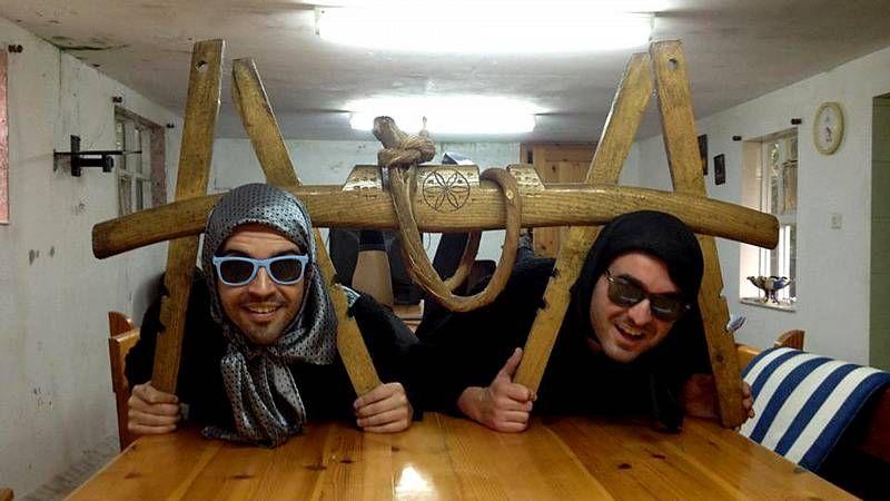 Damián y Juan con las palilleiras del encuentro de As Nemanquiñas.