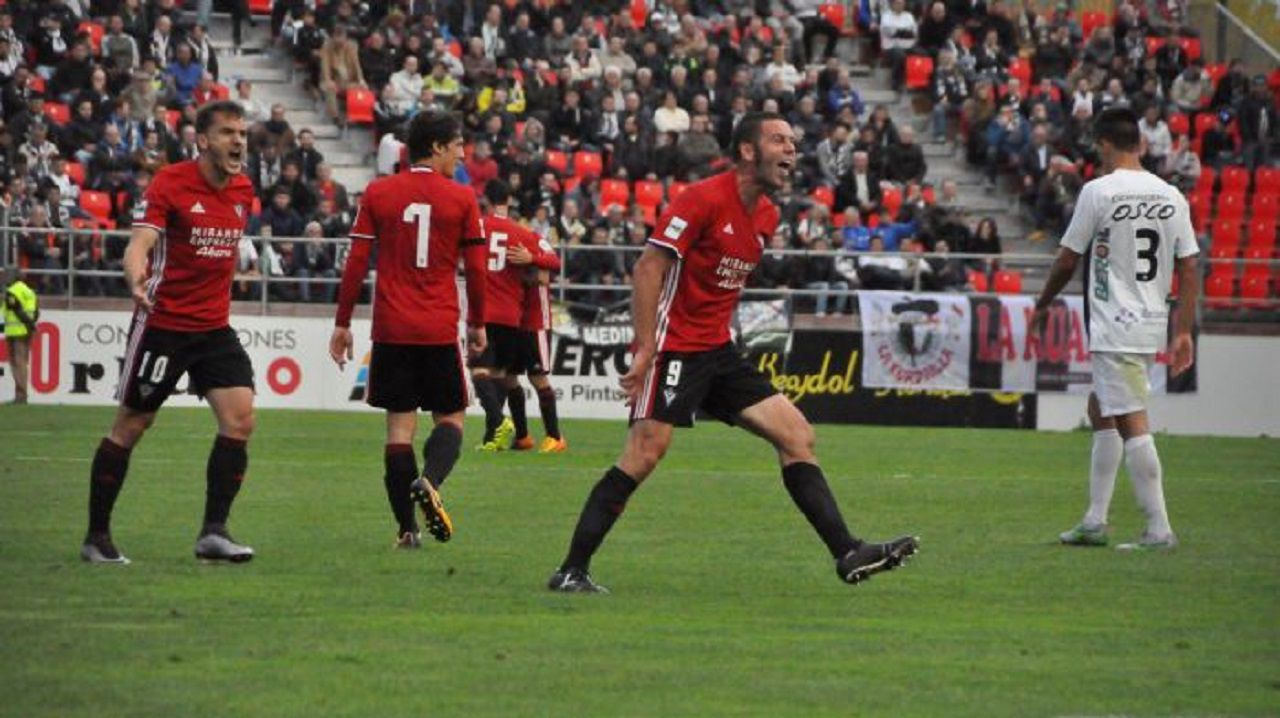 Toche y Aaron celebran un gol del Real Oviedo.Cervero celebra un gol con el Mirandés