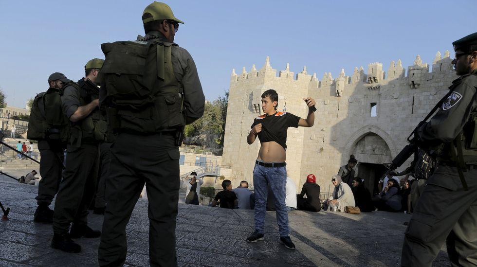 .La policía cachea a un joven palestino en Jerusalén