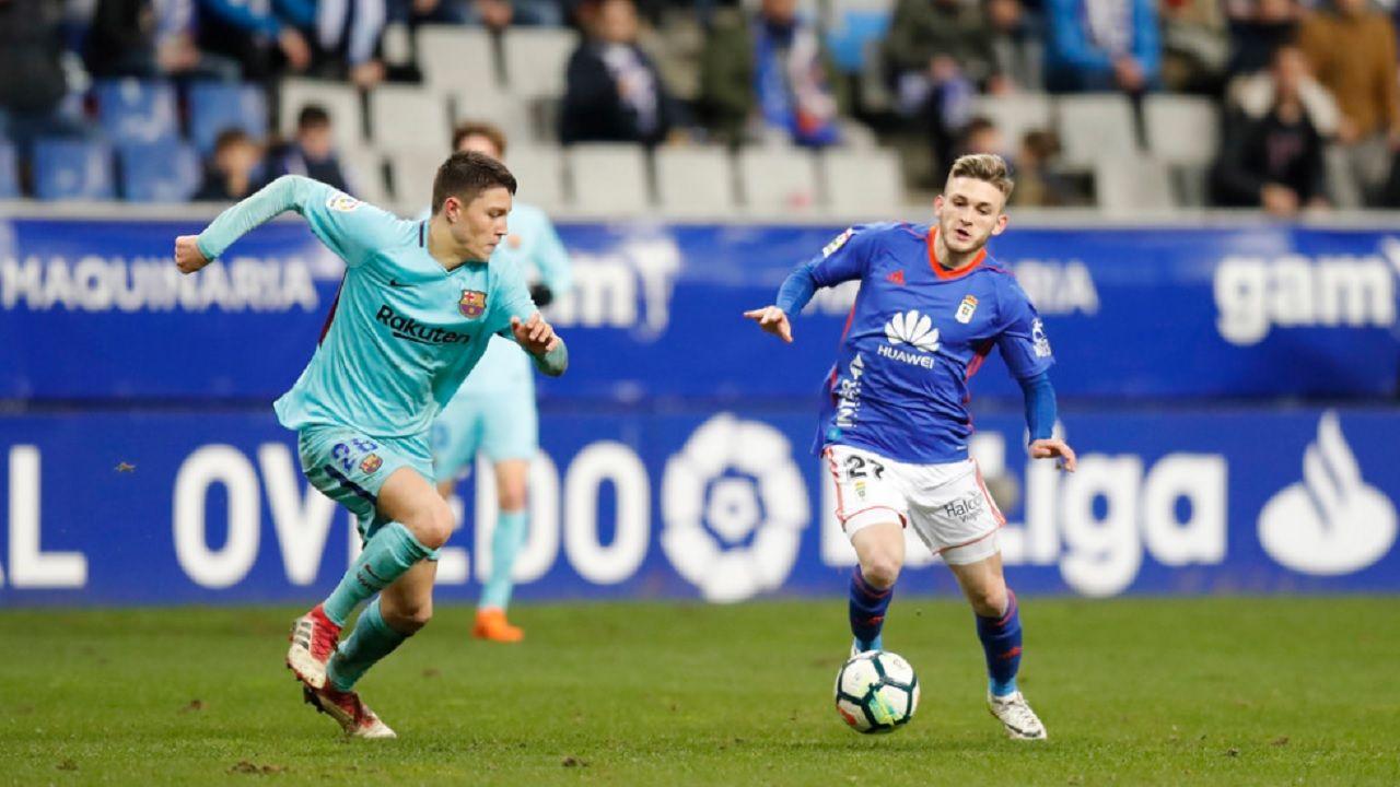 Viti Cuenca Real Oviedo Barcelona B Carlos Tartiere.Viti conduce un balon ante Cuenca