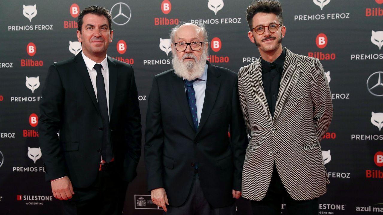 El director José Ñuis Cuerda (c), que recibe el Premio Feroz de Honor, acompañado por el actor Arturo Valls (i), posa a su llegada a la sexta edición de los Premios Feroz