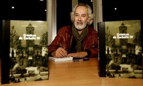 Xan Fraga, ayer, durante la presentación de su nuevo libro, «Crónicas de Carballo IV».