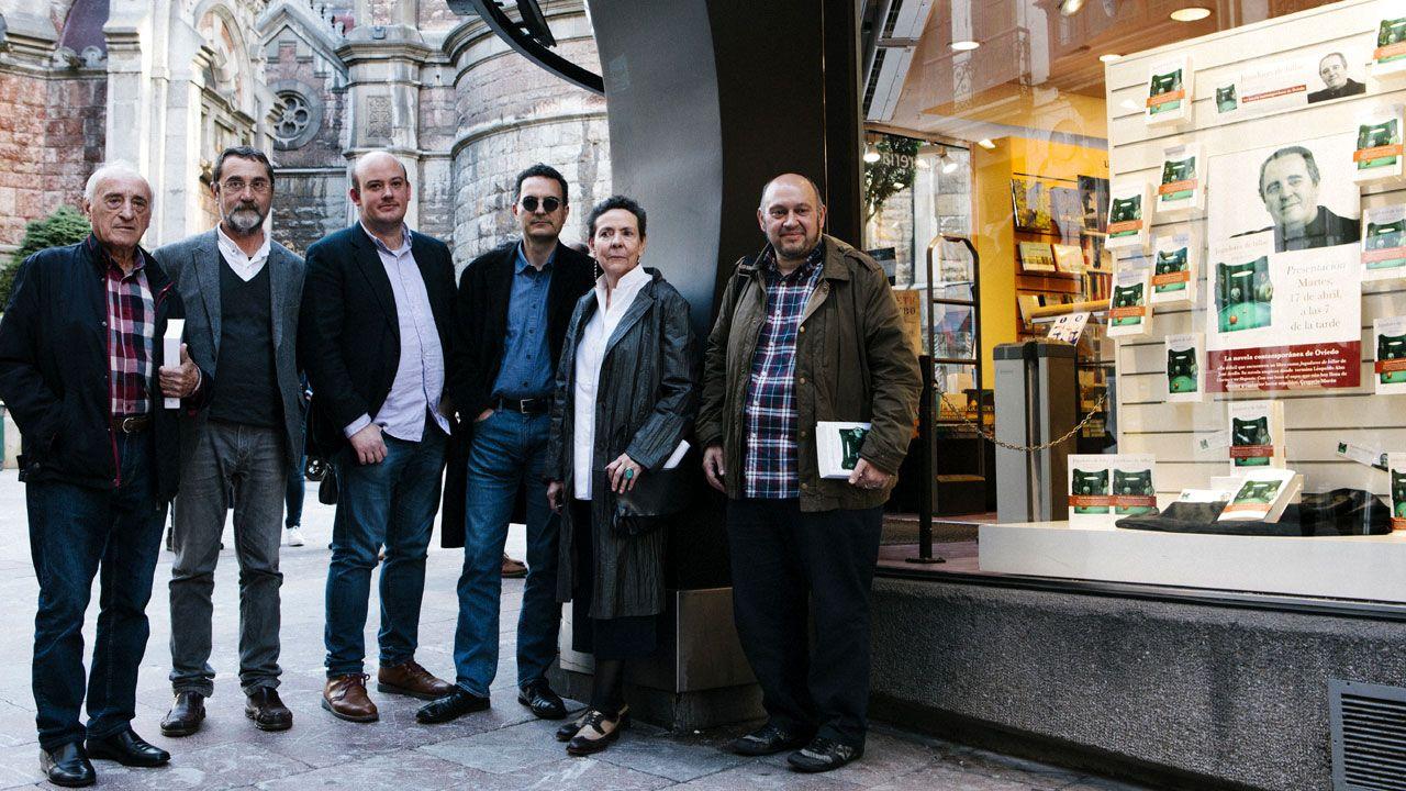 Por la izquierda, José Antonio Mases, Álvaro Díaz Huici, Miguel Barrero, Jasón Avello, Milagros Gozalvo y Fernando Menéndez ante los ejemplares de 'Jugadores de billar' en la librería Cervantes de Oviedo