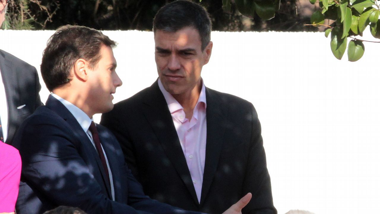 Albert Rivera conversa con Pedro Sánchez, durante el desfile del 12 de octubre en el 2017