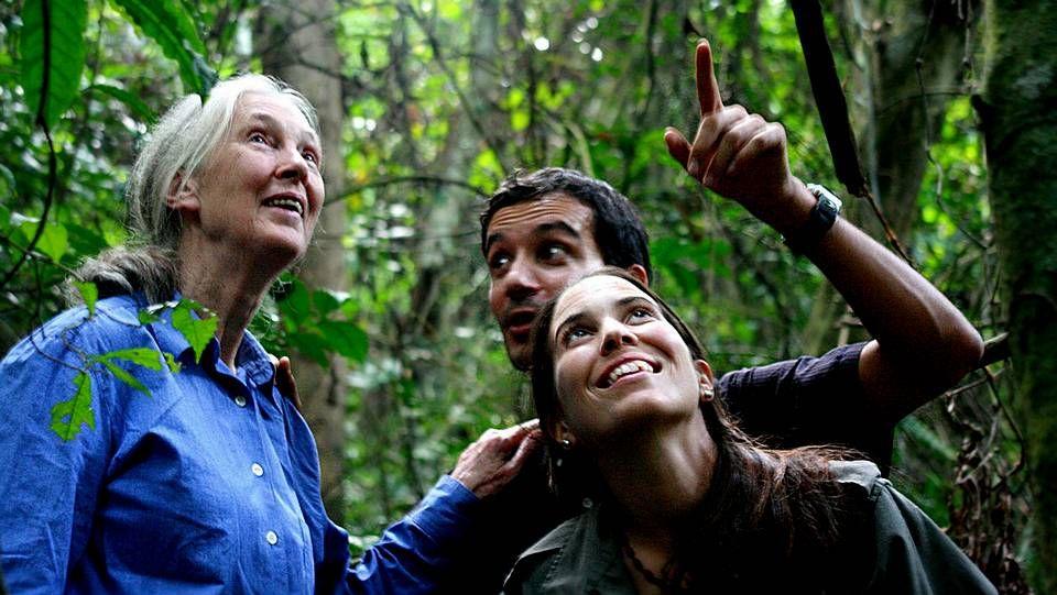 .Jane Goodall con la ferrolana Rebeca Atencia y Fernando Turmo