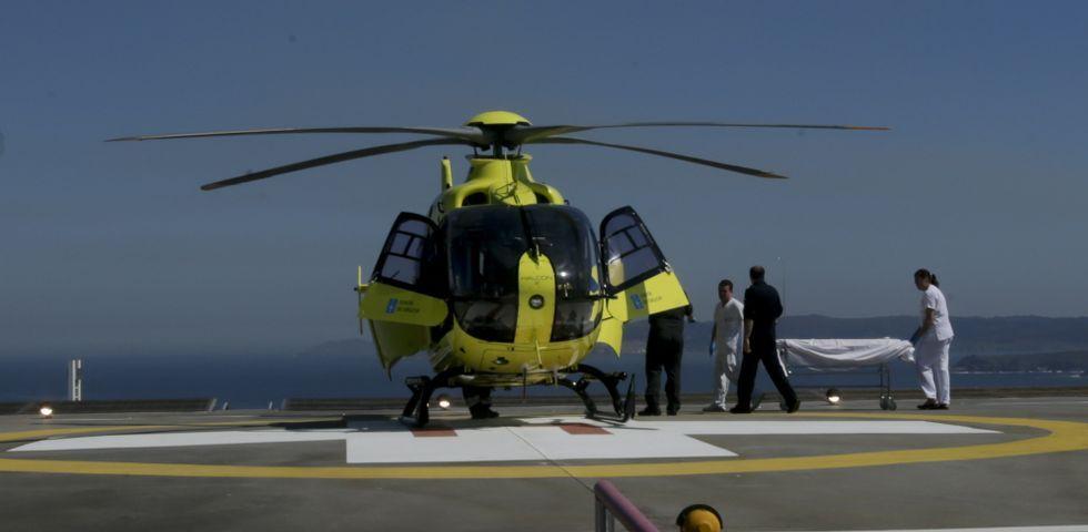 El simulacro del traslado en helicóptero de un paciente lesionado medular puso a prueba el helipuerto situado en la cubierta.