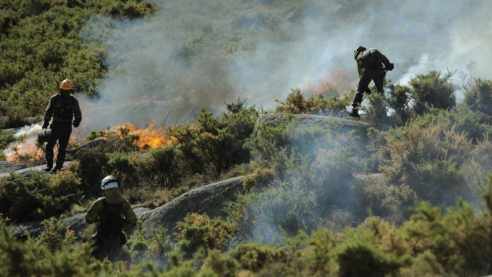 Un incendio calcina dos coches en la rúa das Hortas en Vilanova..Bomberos de Asturias en los incendios en San Feliz