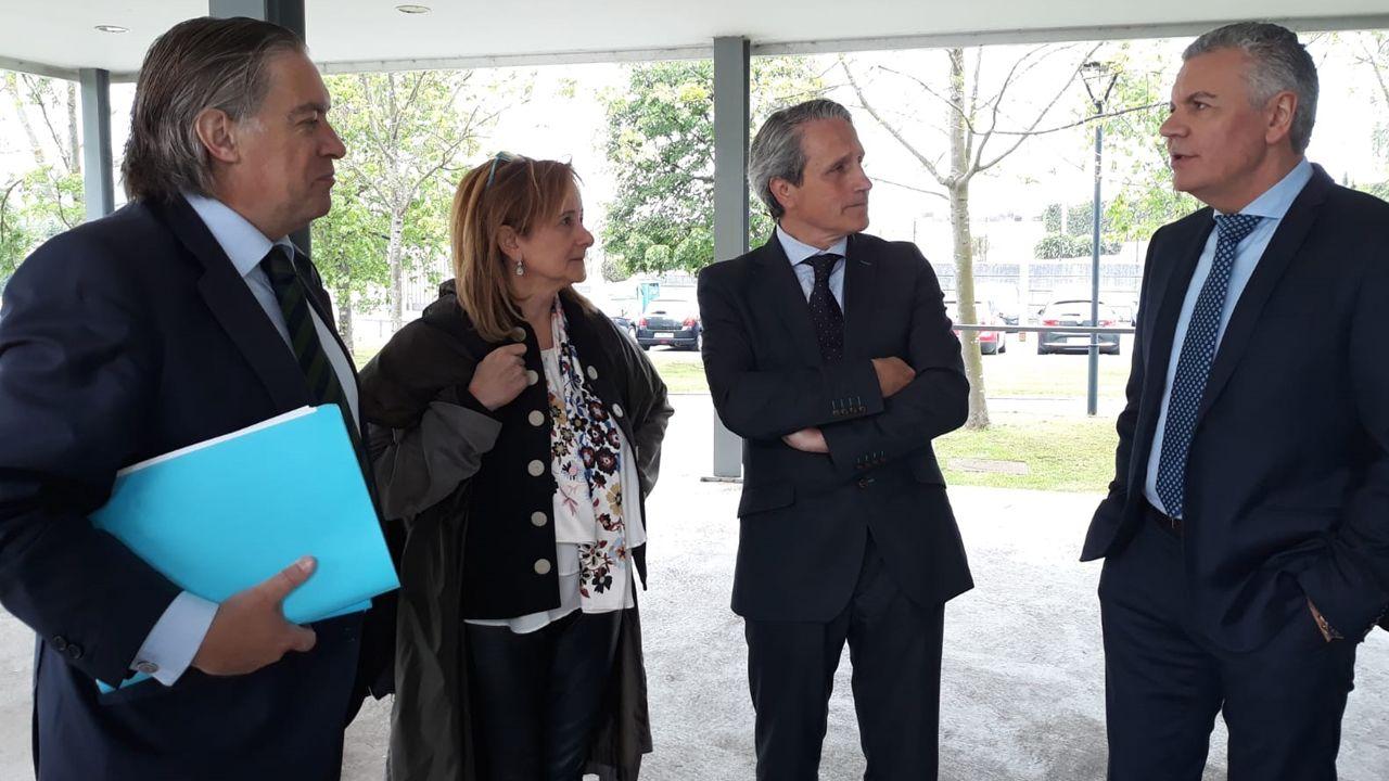Contaminación en Gijón.El candidato del PP a la Alcaldía de Gijón, Alberto López-Asenjo charla con  el presidente de la Federación Asturiana de Empresarios (FADE), Belarmino Feito