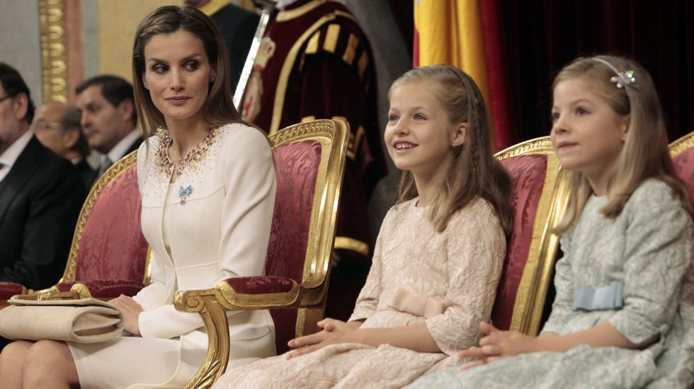 Despedida de las vacaciones de Pascua en Palma.Pablo Iglesias le regala «Juego de tronos» al rey