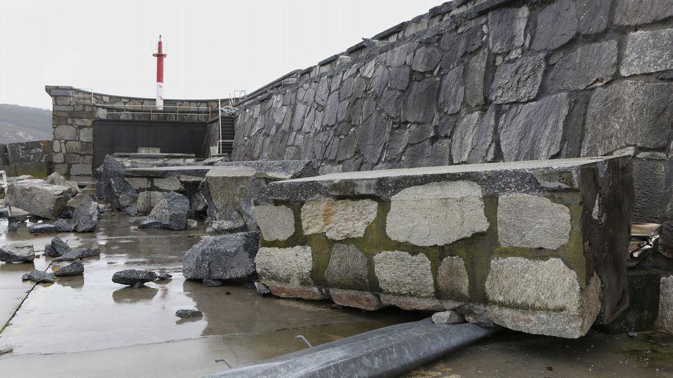 .Rotura de una parte del dique en el puerto de Corme y una farola