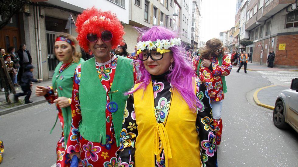 El alcalde de Sober y su mujer en la comparsa hippy de Sober, Peace and Love