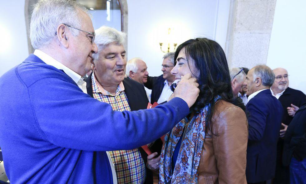 Las imágenes que dejó el domingo.El alcalde de Baralla y Pensado, felicitando ayer a Candia, única candidata que subió votos.