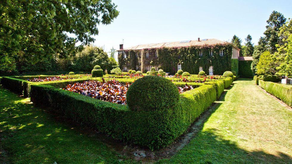 Pazo de Xaz, Oleiros. Impresionante pazo del XVII, con jardines y laberintos y una capilla estilo neogótico.