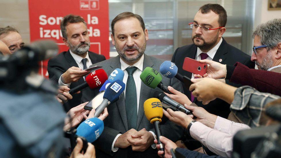 El ministro de Fomento, José Luis Ábalos (C), y el secretario general de la FSA-PSOE, Adrián Barbón (d), atienden a los medios antes de la reunión que mantuvieron hoy en la sede de la Federación Socialista Asturiana (FSA-PSOE), en Oviedo.