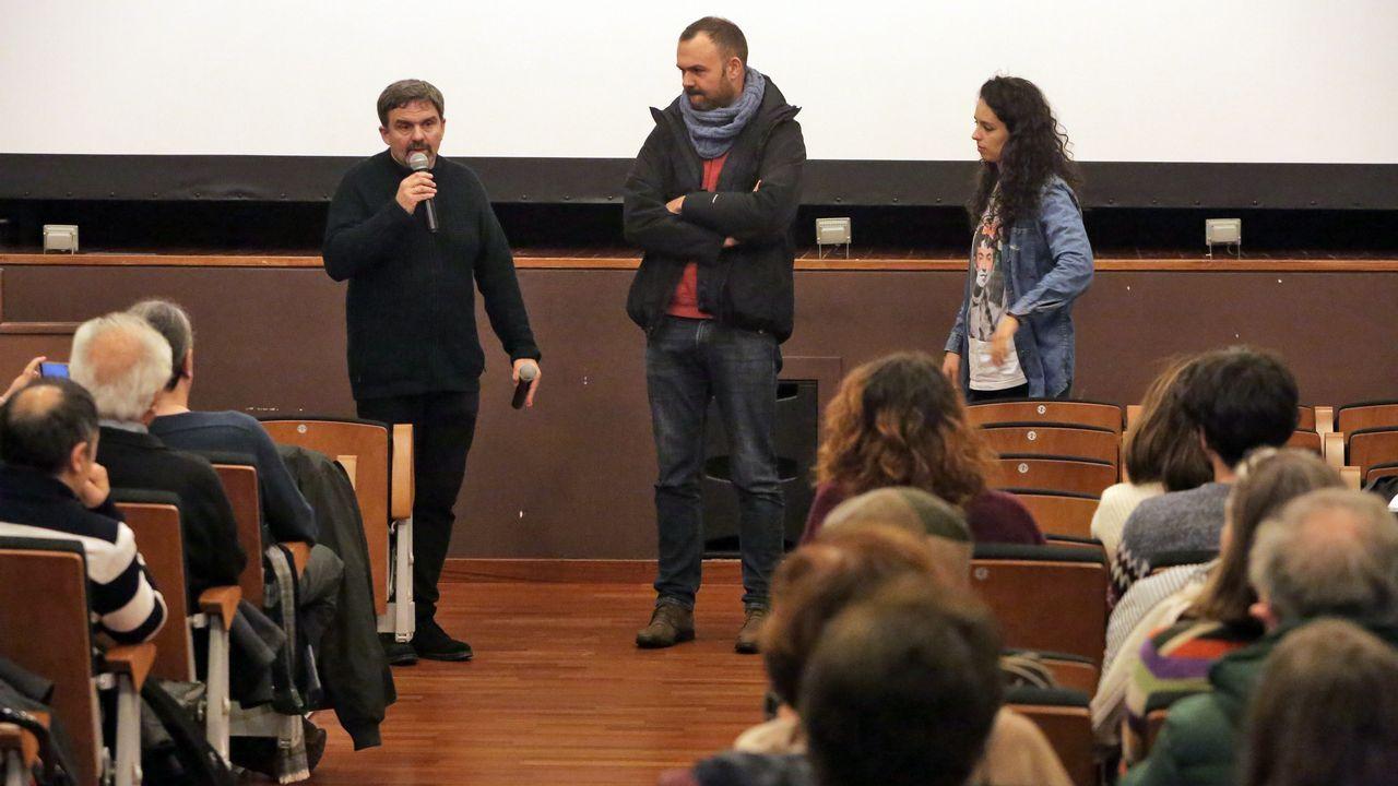 Las plazas asturianas, a reventar en el 8-M.Faladoiro Feministas e Artistas, celebrado ayer en la biblioteca Rego da Balsa de Carballo