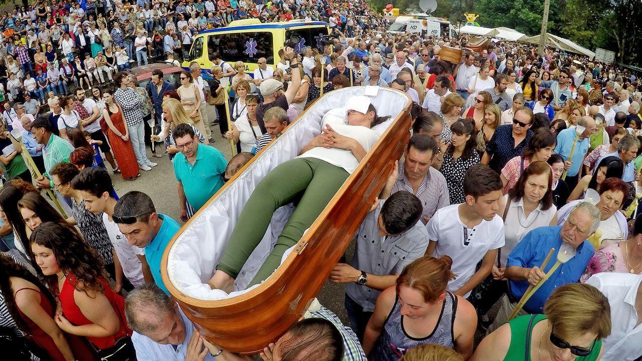 .Desfile de ocho ataúdes en la «romería de los muertos» de Santa Marta de Ribarteme