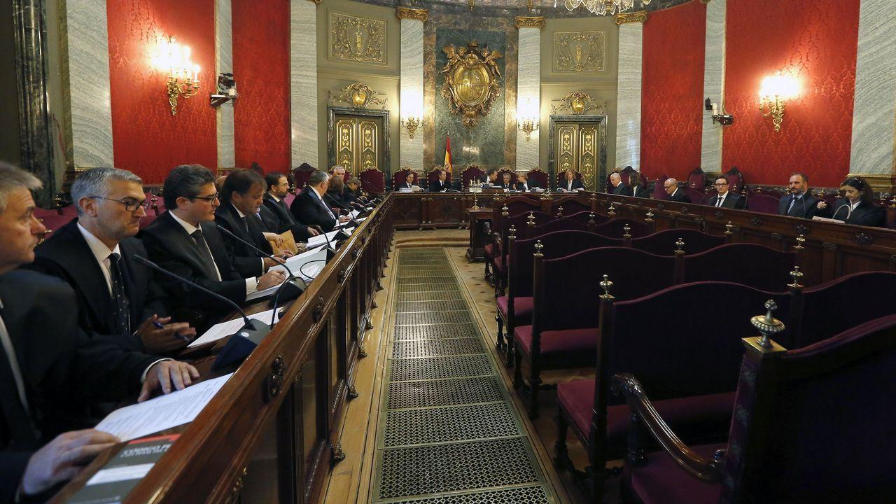 La consejera de Hacienda y Sector Público del Principado de Asturias, Dolores Carcedo (2i), y diputados de Podemos tras finalizar la tercera jornada del debate de orientación política general que se celebró en la Junta General del Principado.
