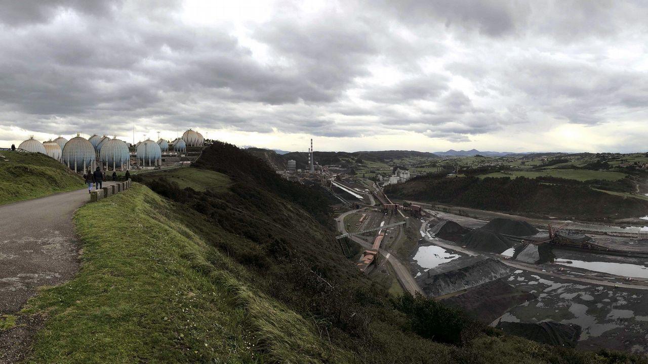 Panorámica tomada desde la Campa de Torres del Parque de Carbones y de la central térmica de Aboño, en las proximidades del puerto de El Musel de Gijón.