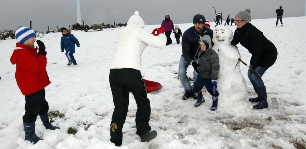 Durante todo el día de ayer muchas familias aprovecharon para acercarse a la nieve, como ocurrió en A Gañidoira.