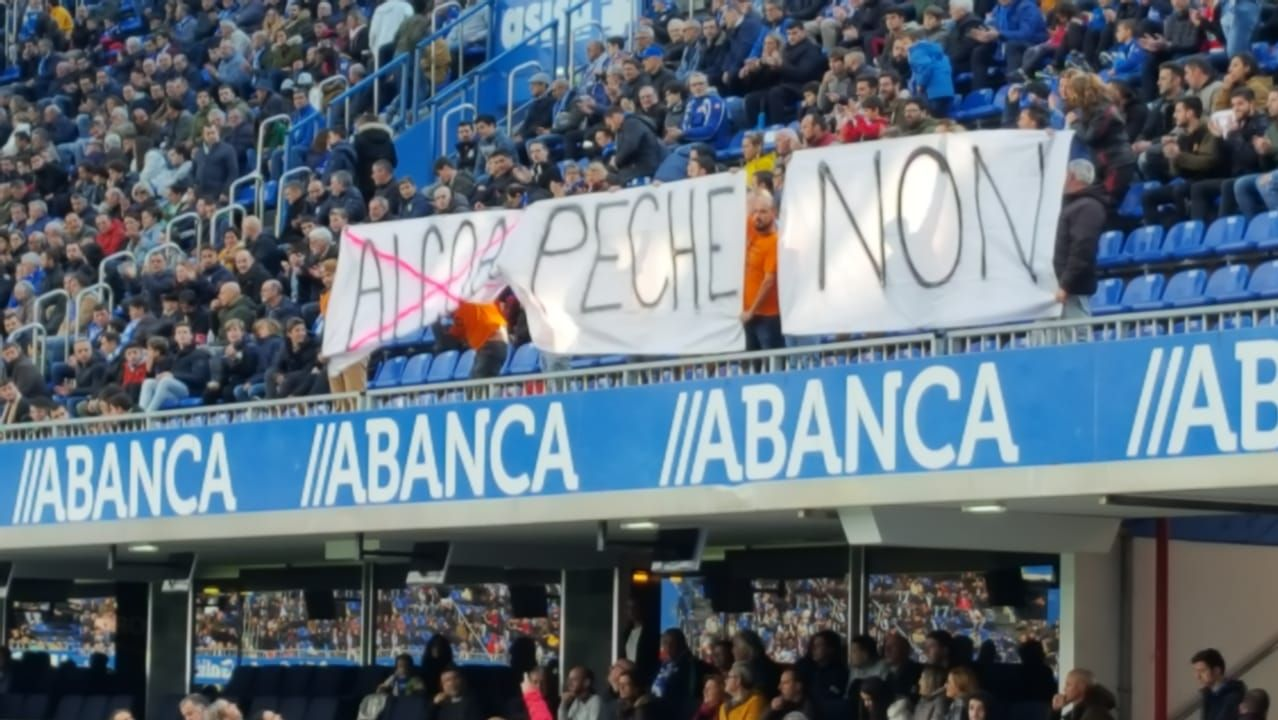 Pancarta en apoyo a los trabajadores de Alcoa en el estadio de Riazor