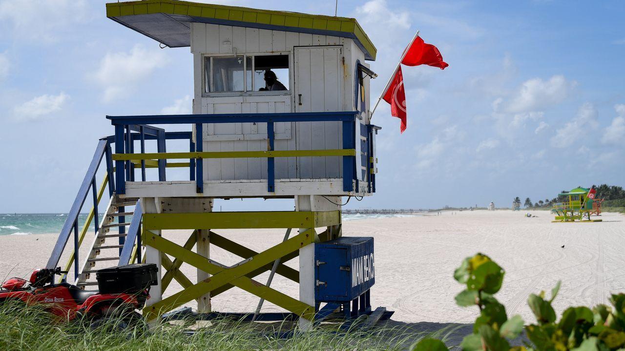 La playa de Miami, con bandera roja.