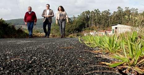 El concejal de Obras, el alcalde de Dodro y la delegada territorial visitaron un camino en Eiró.