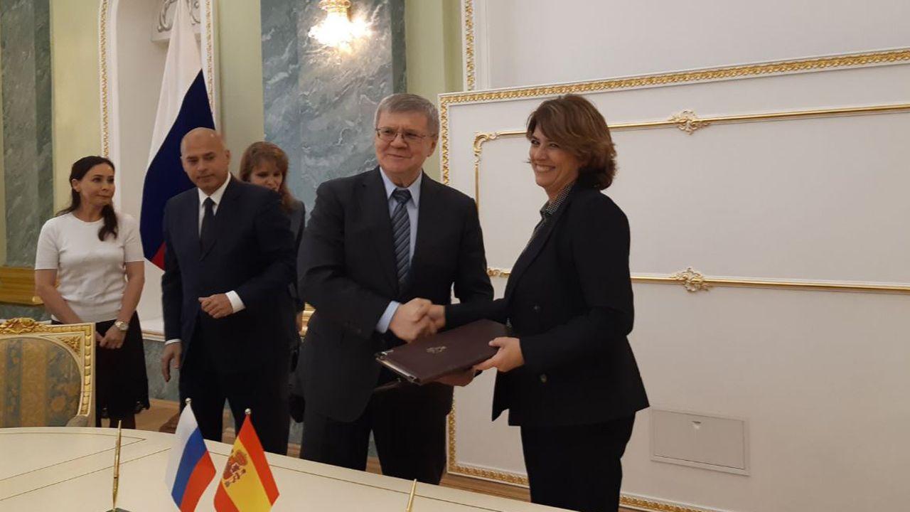 La ministra de Justicia Lola Delgado y el Fiscal General de la Federación Rusa, Yuri Chaika, han firmado el programa de acción entre la Fiscalía rusa que prevé actividades que intensifican las relaciones bilaterales entre ambos organismos durante 2019-2020