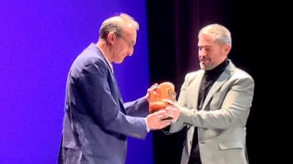 Gerardo Sánchez, director de «Días de cine», recoge el Premio de Honor del FICX de manos de Nacho Carballo