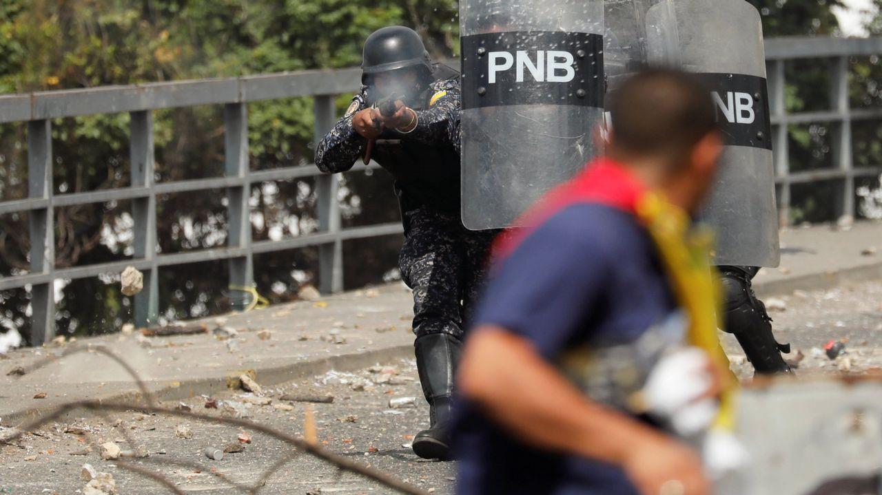 La policía dispara balas de goma contra un manifestante durante las protestas contra el Gobierno de Maduro celebrado el pasado día 23