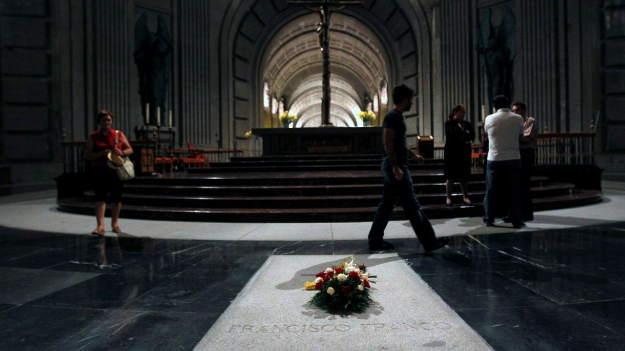 El Gobierno regula el autoconsumo eléctrico.La tumba de Franco en el Valle de los Caídos