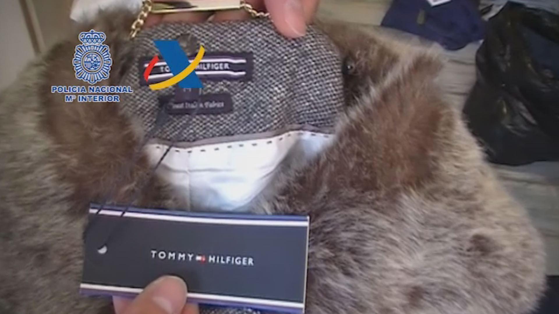 ¿Serías capaz de distinguir si estos productos son falsos?.Alijo de droga apresado en Punta Arnela (Muxía) y descargado en el puerto de A Coruña durante la operación Tabaiba en el 2009.