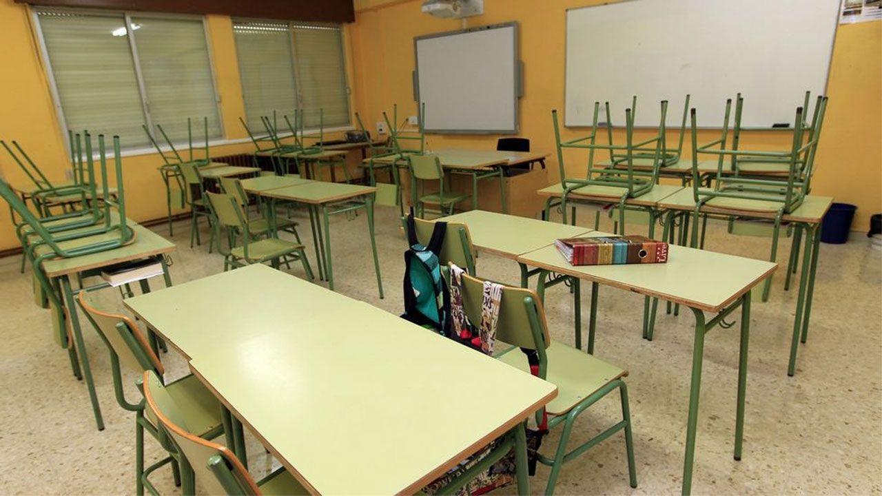 Concentración de los sindicatos docentes para exigir a la Consejería de Educación la recuperación de los derechos previos a la crisis.Un aula vacía