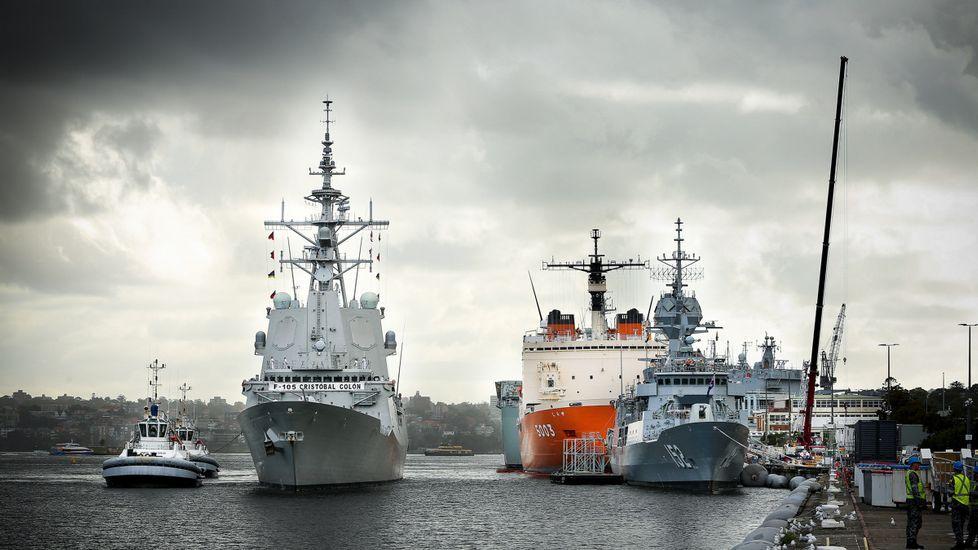 La «Cristóbal Colón» cruza el canal de Panamá en su vuelta al mundo.La alcaldesa de Ponferrada, Gloria Fernández, y el regidor de O Barco, Alfredo García