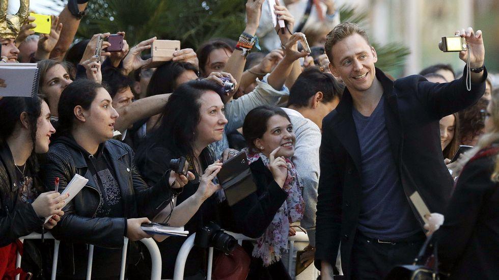 El actor británico Tom Hiddleston atiende a sus admiradores a su llegada hoy al hotel que aloja a los invitados del Festival Internacional de Cine de San Sebastián.