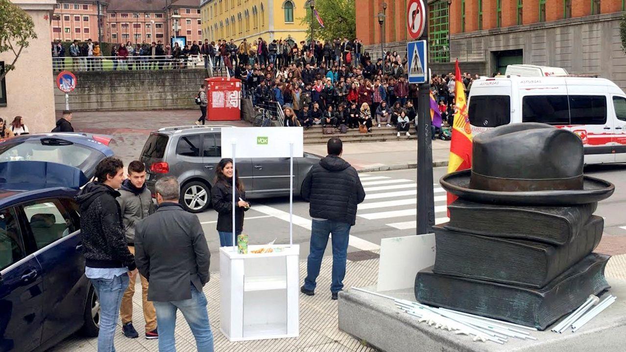 Cuatro escenas del altercado del campus de El Milán.Alumnos del campus de El Milán (Oviedo) frente al puesto de simpatizantes de Vox