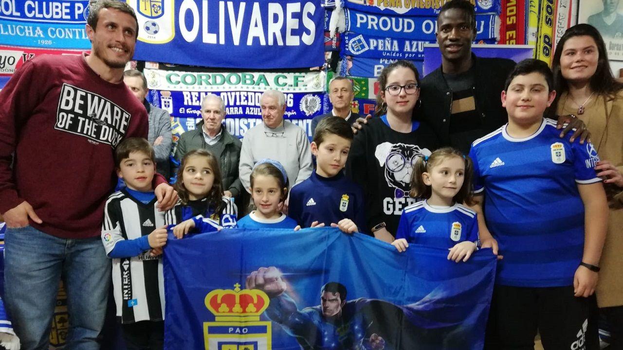 Christian Fernandez Real Oviedo Albacete Carlos Tartiere.Christian, Ibra y María Méndez con niños de la Peña Azul Olivares