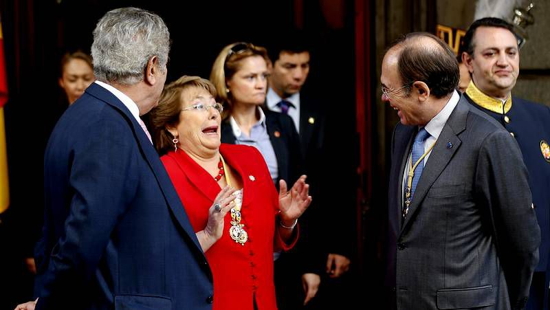 La niña que quería dormir para siempre.La presidenta Michelle Bachelet pasa junto al ex ministro del Interior Rodrigo Peñalillo (dcha.) y el subsecretario de Relaciones, Mahmoud Aleuy (centro)