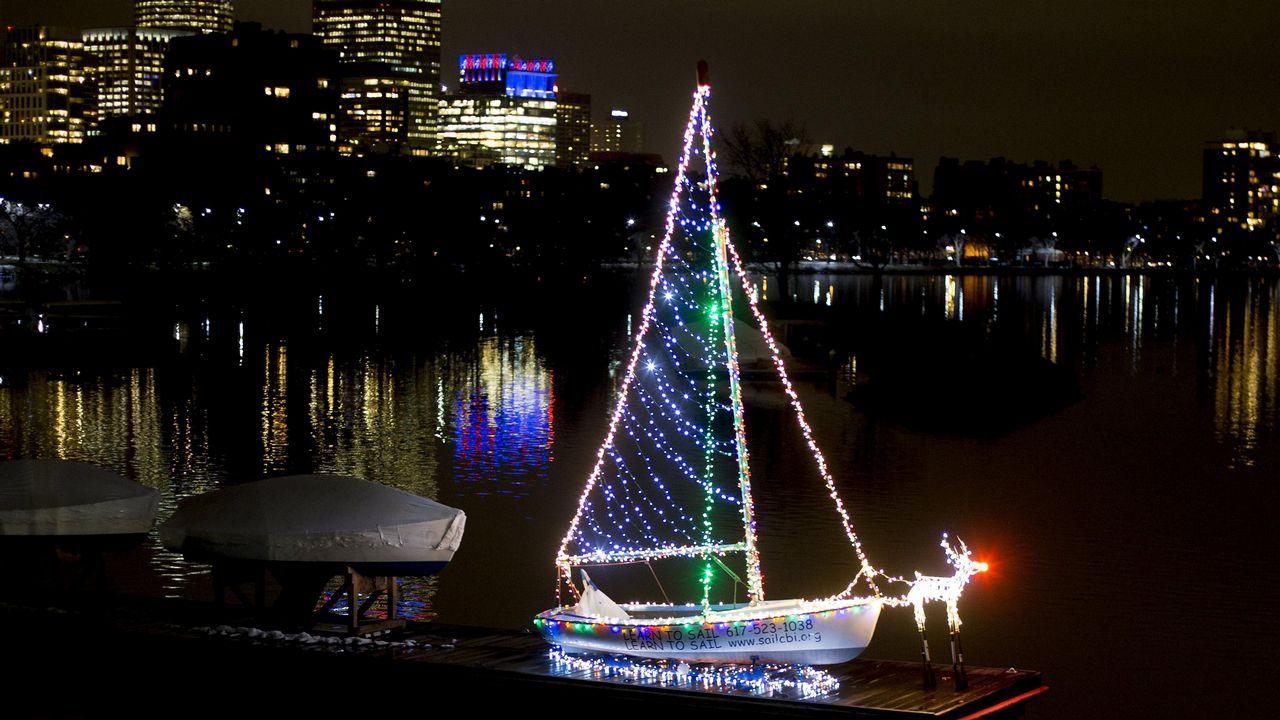 Vista de un barco iluminado con luces navideñas en Boston
