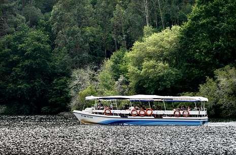.La nueva embarcación reforzará la oferta de catamaranes en los embalses del Miño.