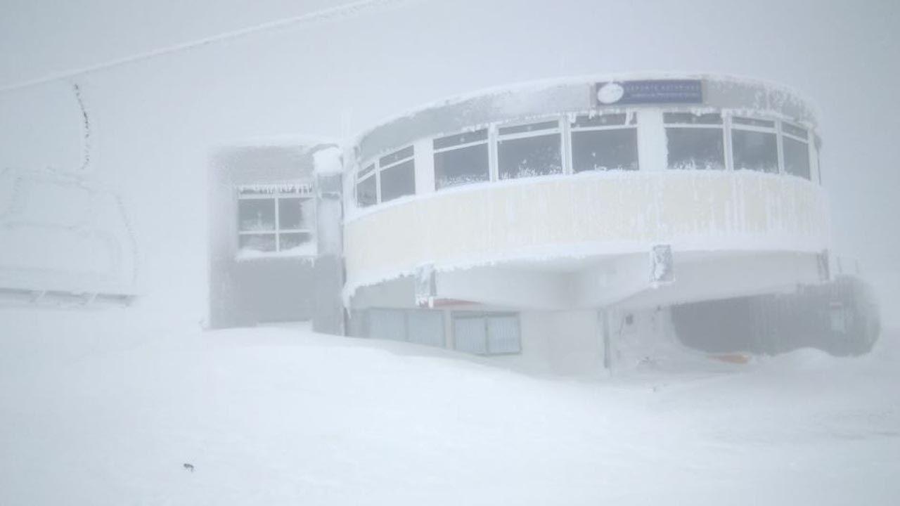 La nieve ya cubre Pajares.La estación de esquí de Pajares cubierta de nieve y hielo