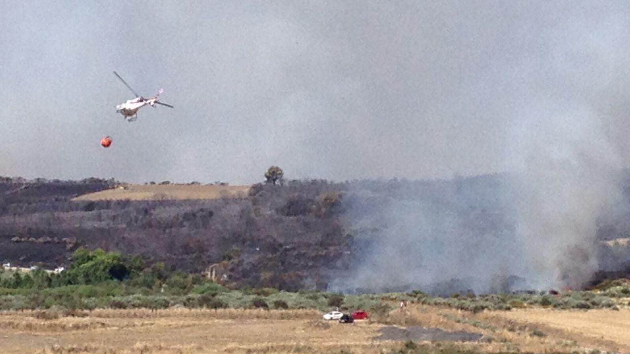 Incendio en pleno centro de Burela.Imagen de archivo de un incendio en la zona de Viana do Bolo