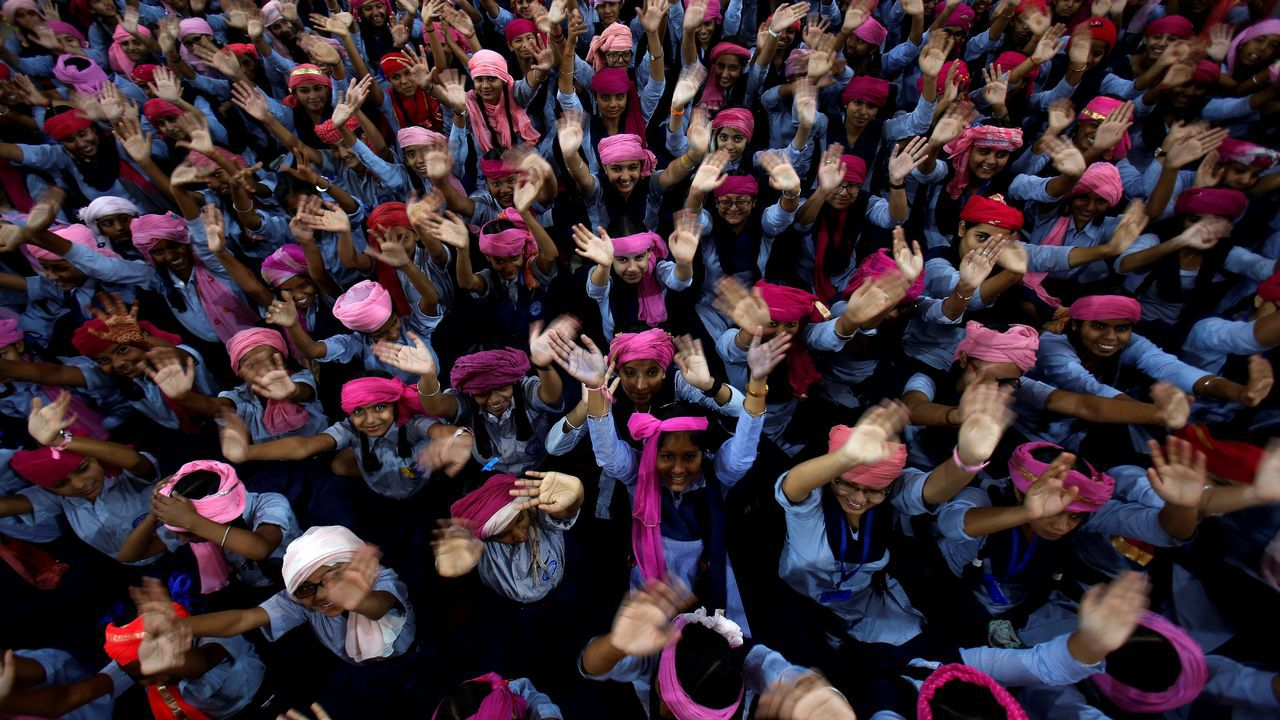 Escolares con un turbante rosa para conmemorar el Día Internacional de la Niña 2018, en una escuela en Chandigarh, India