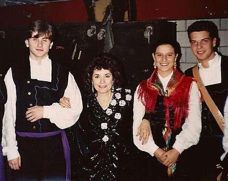 Matilde, rodeada de gaiteiros, en una de las pocas actuaciones que ofreció en Galicia. A la derecha, imagen actual de La Galleguita