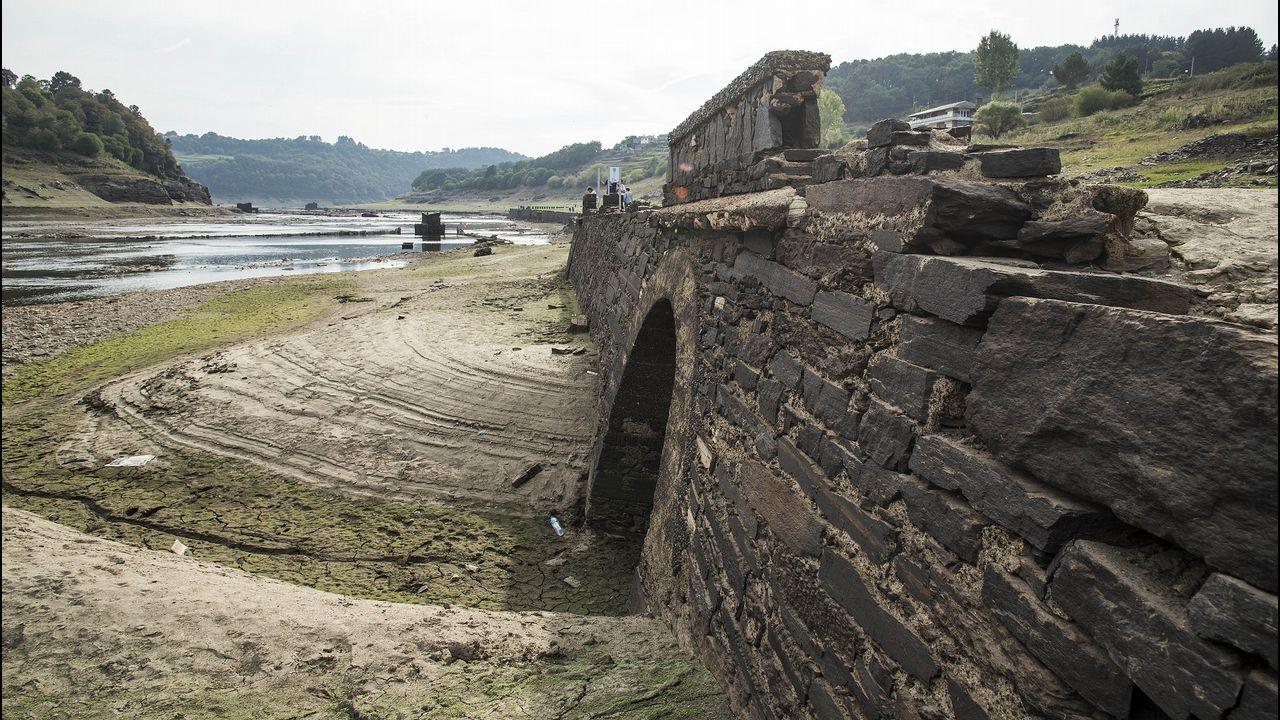 .Restos de un viejo puente soterrado por el lodo