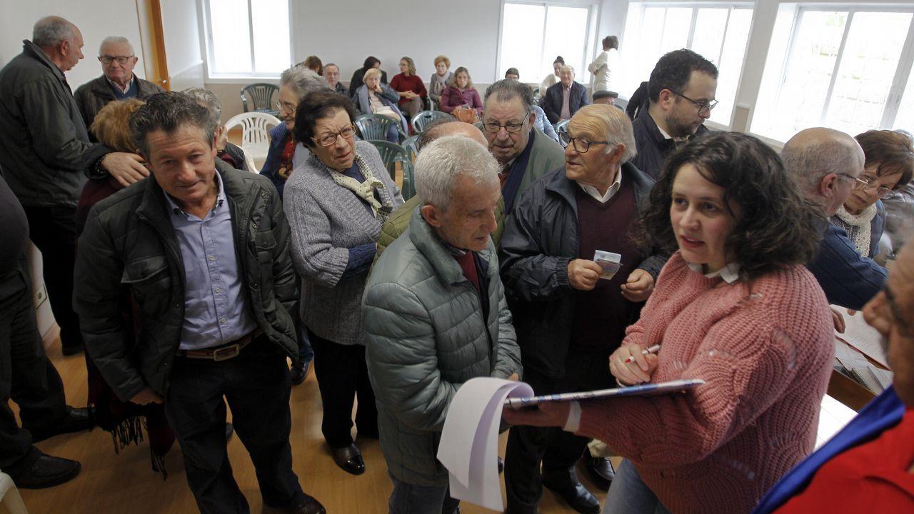 Miriam da una charla al coro juvenil del centro de A Almáciga.La soprano Blanca Gómez, junto al pianista Héctor Guerrero (centro) y el tenor Miguel Bernal