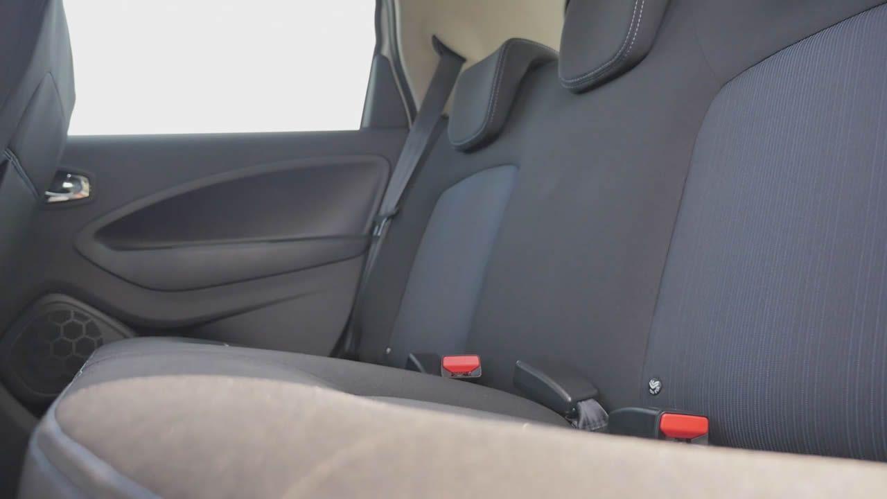 Las baterías, bajo asientos traseros y maletero, no restan demasiado espacio