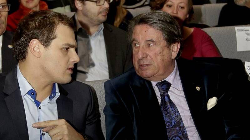 El declive de Suárez.El presidente del Gobierno muestra sus condolencias al hijo de Adolfo Suárez a          las puertas de la clínica Cemtro, por donde pasaron numerosos dirigentes políticos.