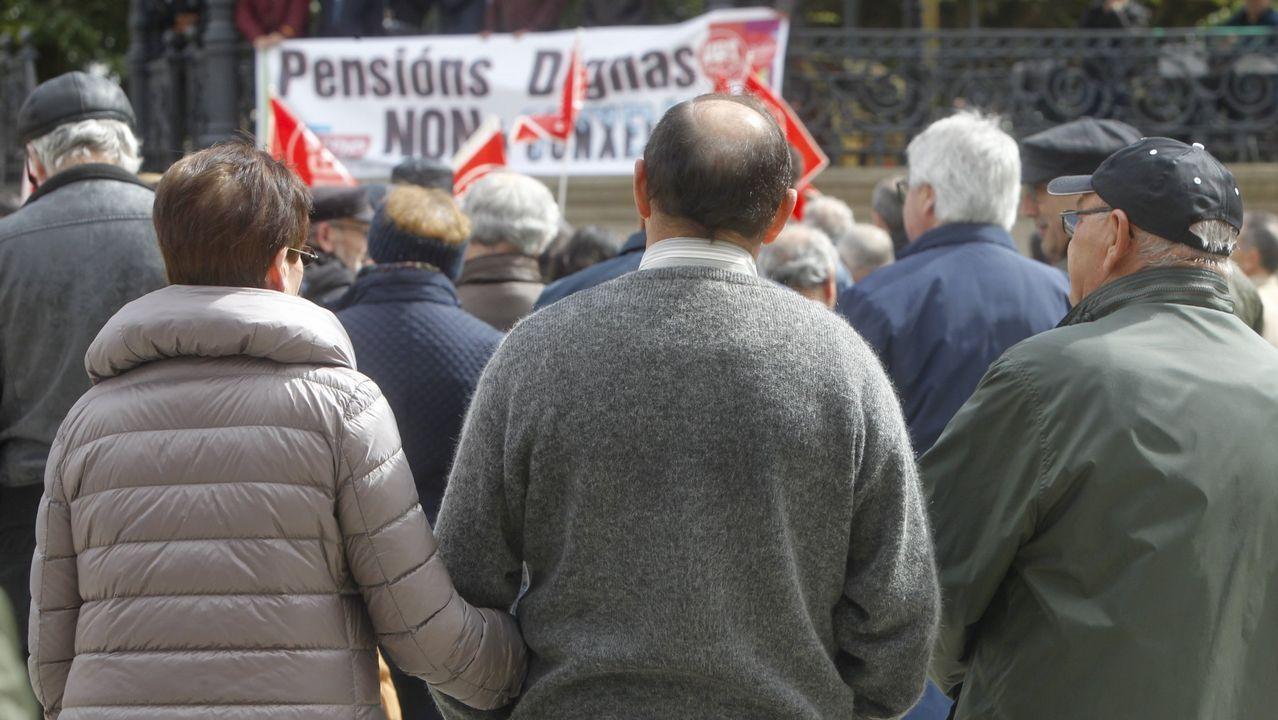 Sindicatos y CEOE.Interinos docentes, en la concentración celebrada en Oviedo