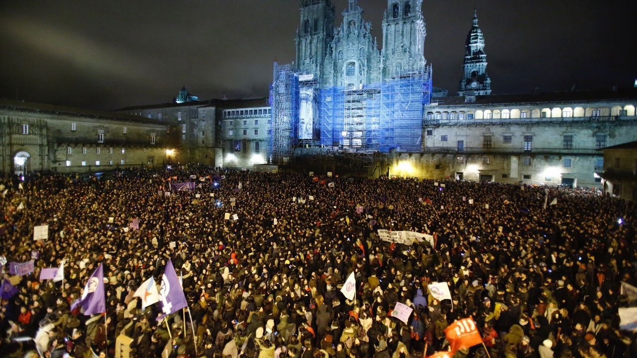 Multitudinaria manifestación feminista en Santiago.